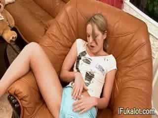 Extra vroče blondinke pose ji muca