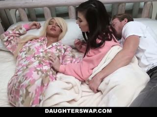 Daughterswap - swapped a fucked počas sleepover