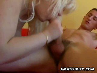 Mollig amateur blond sucks en fucks bij thuis
