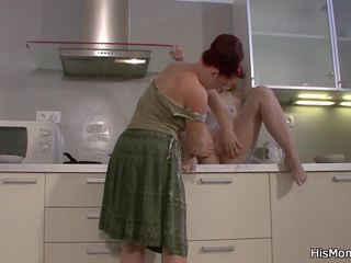 Moeder licks en fucks zijn blondine gf, hd porno 45