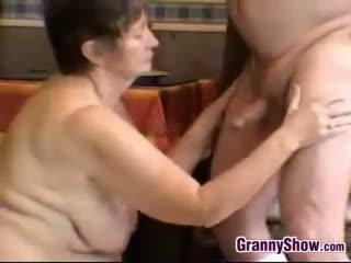 Uzbudinātas vecmāte un vectēvs having sekss