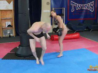 Ángel rivas beating loser a través de la gimnasio en boxeando guantes