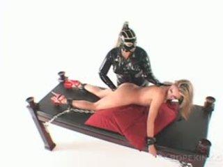 Lesbo kinky bdsm elskerinne drilling slick fitte med dildo