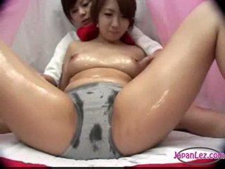 아시아의 소녀 에 팬티 massaged 와 기름 가슴 rubbed 고양이 fing