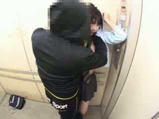 Schoolgirls tapogatás -ban egy iskola elevator