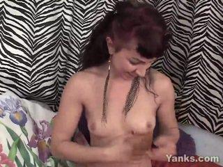 Rubbing lotion alle over haar slank lichaam