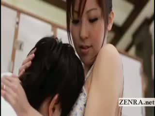 Veliko oprsje japonsko sultress harumi asano has prsi suckled