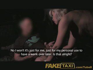 Faketaxi rijpere milf in achterbank midht plezier