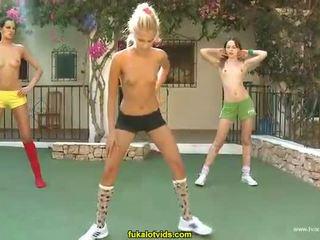 3 裸 ティーン 女の子 doing exercises