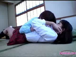 Pollastrella getting suo corpo kissed culo rubbed con vagina su il pavimento