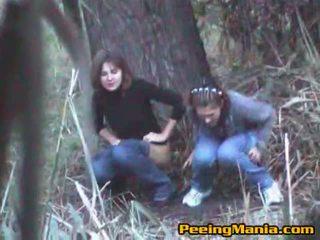 Vajzat i kapuri urinim brenda the pyll