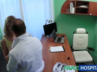 Fakehospital schattig blondine patiënt gets poesje onderzoek vervolgens