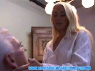 Apdullinātas blondīne medmāsa swallows senior injekcija