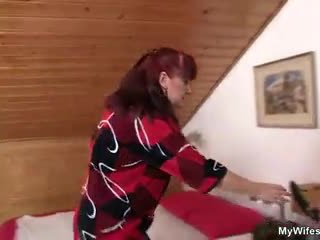 Lewd mother-in-law toying لها حليق مهبل ثم takes له كوك
