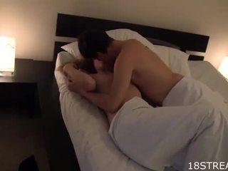 Сладурана момиче kisses