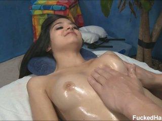 Mignonne maigre zoey receiving massage