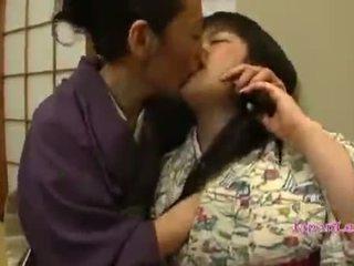亚洲人 青少年 在 kimono gets 她的 奶 licked
