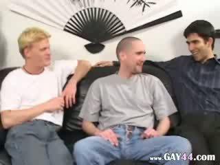 Drie guys eating dongs elk ander