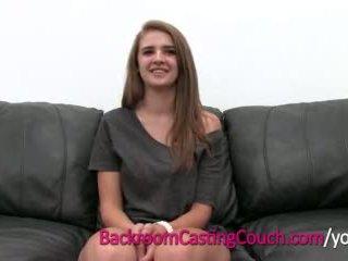 Tenåring mester cocksucker mia på bakrom casting sofa