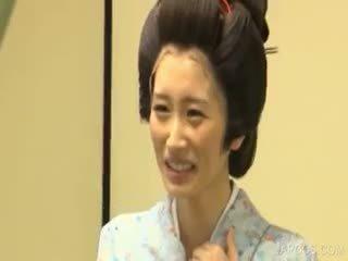 Asiatique geisha shows seins et minou