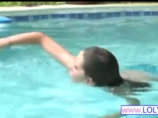 Brooke im die schwimmen pool
