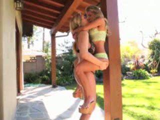 Julia ann と aubrey addams シェア 情熱的な レズビアン セックス
