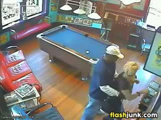 Çift i kapuri qirje nga një siguri camera