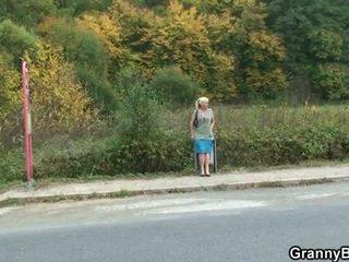 Бабуся шльондра є picked вгору і трахкав
