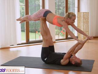 Fitnessrooms sweaty šķelšana uz a istaba pilns no yoga babes