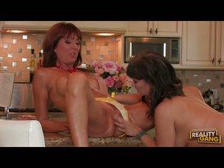 Lusty desi foxx rocks 她的 廚房 同 一 女同志 actionion 同 她的 girlally