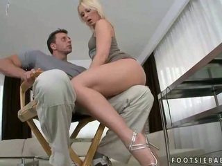 Hot blond giving footjob og getting knullet