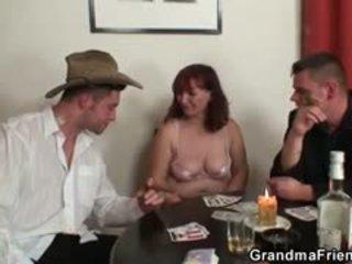 Pokers spēlē vecmāmiņa double fucked pēc spēle