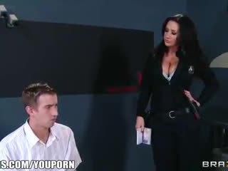 Gjoksmadhe customs agent frisks dhe fucks të saj pornstar i dyshimtë