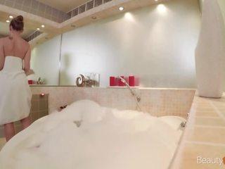 ruskeaverikkö, tyttö, kylpyamme