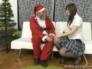 Velho santa clause gives jovem jovem grávida um gift