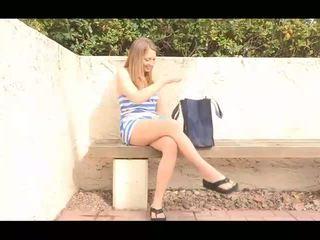 Adrianna sporty innocent brunette jente avkledning og viser naken fitte og poserer naken og toying fitte outdoors