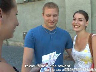 Checa couples joven pareja takes dinero para público cuarteto