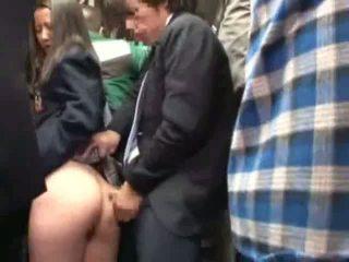 Diáklány tapogatás által stranger -ban egy crowded busz