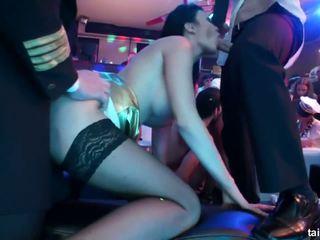 Csintalan pornósztár szívás two dicks -ban club