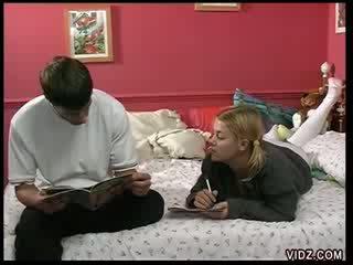 كلية فتاة teases classmate مع وردي مهبل