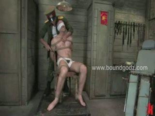 A commander ir interested uz jāšanās ar hellos captives