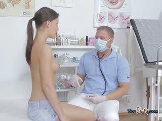 חמוד נוער visits שלה מלוכלך רופא ו - gets מגוששת