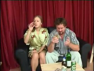 Baba fucks vajzë pas duke pirë birrë