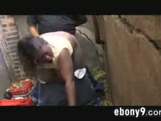 Feit svart drug addict knulling outdoors