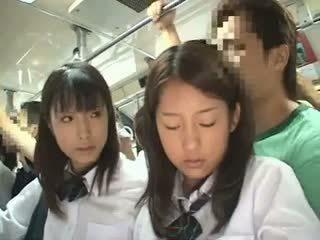 Two schoolgirls apuhapin sa a bus