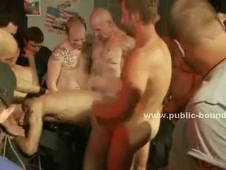 Schattig homo guy gets geblinddoekt