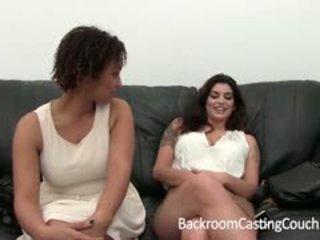 Two berpayu dara besar kanak-kanak perempuan uji bakat untuk bilik belakang pemilihan pelakon sofa