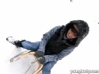 Chutné oustanding prsia vnútri the snow