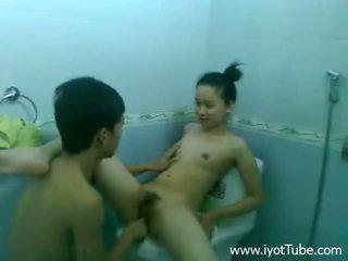 Neuken tiener bij de toilet bowl