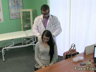 Doktor fucks hot brunette pasient på hans pult